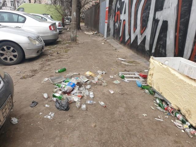 Legionów 55: parking, postój taxi i wysypisko butelek.