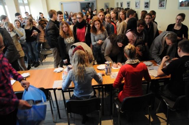 WOŚP 2014: wolontariusze w Śremie odebrali 11.01.2014 puszki i identyfikatory