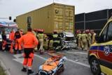Dramatyczny wypadek koło Galerii Echo w Kielcach. Osobowa toyota została zmiażdżona między dwoma ciężarówkami [WIDEO, ZDJĘCIA]