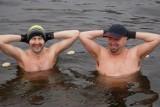 Bydgoski Klub Morsów wskoczył do wody na Wyspie Młyńskiej. To była orzeźwiająca kąpiel! [zdjęcia, wideo]