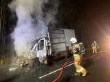 Strażacy gasili płonącego busa na drodze niedaleko Poznania