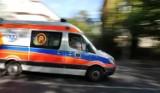 Wypadek w Rydułtowach. Na ul. Raciborskiej motorowerzysta wjechał w busa. Droga była zablokowana