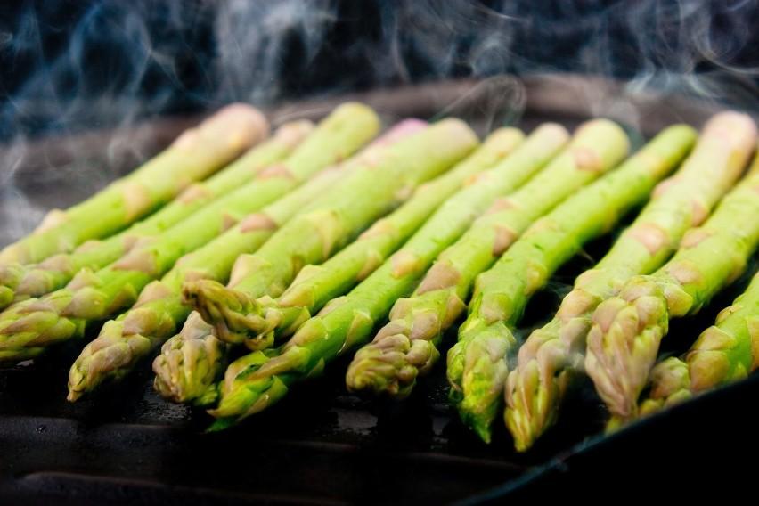 Zielone szparagi są topowym składnikiem alkalizującym (pH...