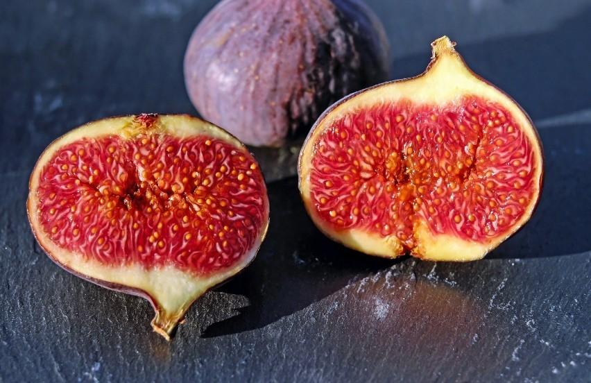 Wśród alkalizujących owoców suszonych najwyżej znajdują się...