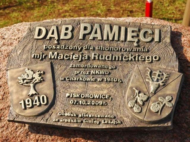 Tablica pamiątkowa ku czci majora Rudnickiego.