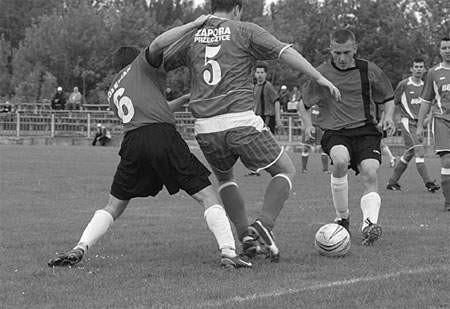 Piłkarze Zagłębiaka (czarne spodenki) zamierzają w tym sezonie powalczyć o awans do czwartej ligi.