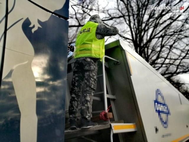 Zabrzańska policja zatrzymała kierowcę ciężarówki, który nielegalnie przewoził odpady. Miały one zostać porzucone na terenie miasta   Zobacz kolejne zdjęcia/plansze. Przesuwaj zdjęcia w prawo - naciśnij strzałkę lub przycisk NASTĘPNE
