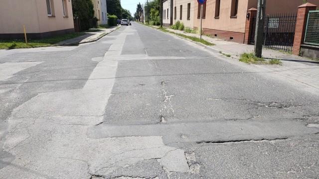 Ulica Ogrodowa w Czeladzi czeka na generalny remont, bo jest po prostu popękana i dziurawa   Zobacz kolejne zdjęcia/plansze. Przesuwaj zdjęcia w prawo - naciśnij strzałkę lub przycisk NASTĘPNE