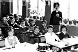 """Lekcja w sieradzkiej """"Jedynce"""" w latach 60 - pierwszy raz publikowane ZDJĘCIA"""