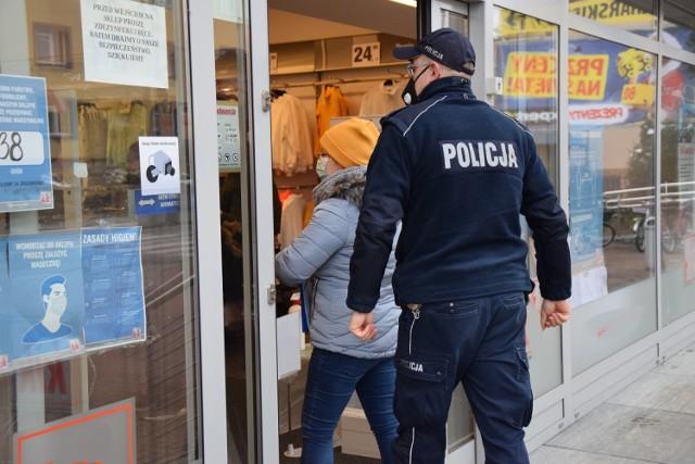 Policjanci kontrolują centra handlowe  m.in. w asyście pracowników Sanepidu