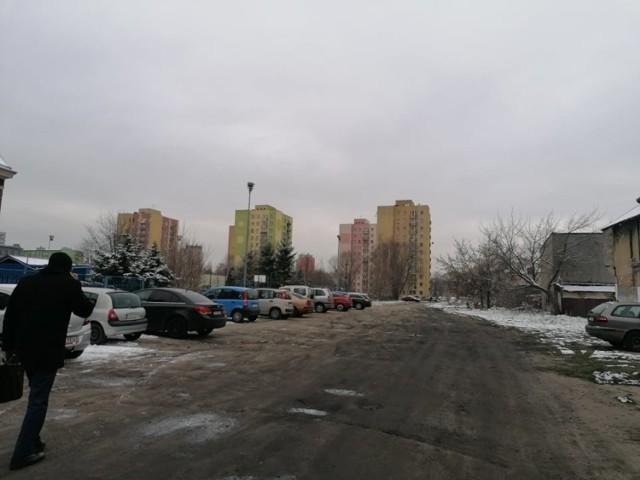 Teren przy SP4 w Zawierciu jest obecnie niezagospodarowany. Miasto nie planuje na razie budowy parkingu w tym miejscu.