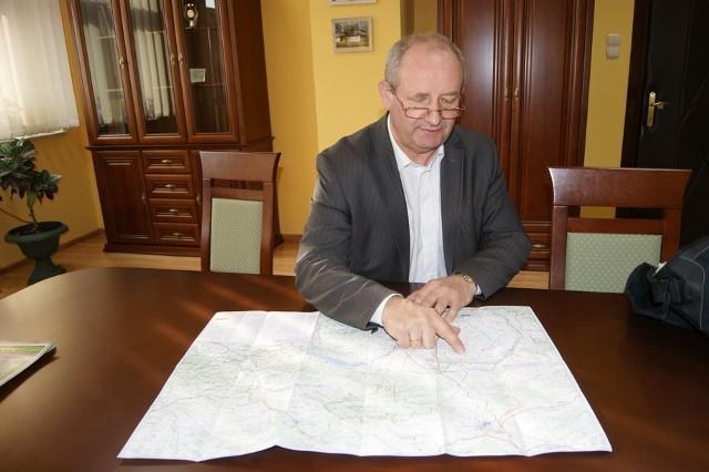 Wójt gminy Nowy Targ pokazuje rezerwat na mapie