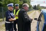Częstochowa: ksiądz i policjanci promowali wśród kierowców bezpieczne zachowania na drodze [ZDJĘCIA]