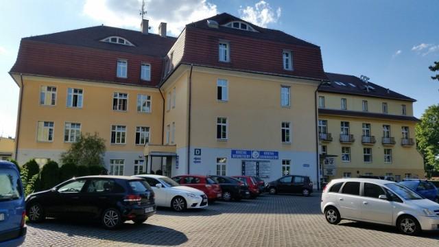 Szpital powiatowy w Kluczborku od początku roku nie jest już szpitalem COVID-owym.   Od 2 stycznia wznowiono funkcjonowanie wszystkich oddziałów (chirurgia, wewnętrzny, laryngologia, pediatria) dla pacjentów wolnych od zakażenia SARS-CoV-2 oraz dla pacjentów podejrzanych o takie zakażenie.
