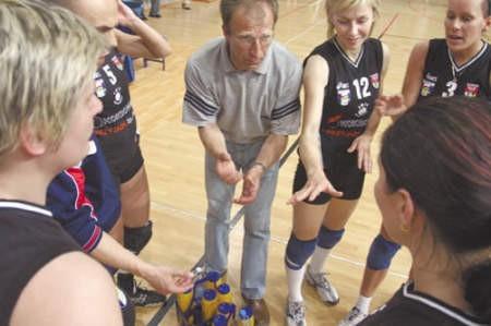Trener Waldemar Kawka (w środku) podpowiada dąbrowiankom jak zaskoczyć  rywalki.