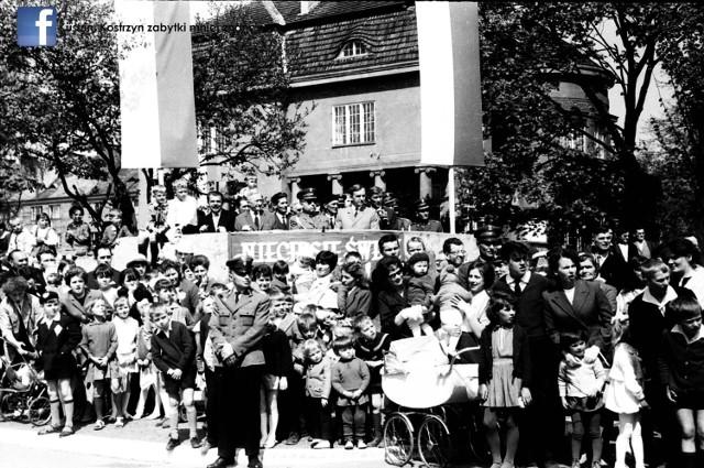 Udało się wywołać kolejne zdjęcia, które niedawno cudem ocalono przed zniszczeniem. Ich autorem jest Bolesław Nikrotowicz, nieżyjący już mieszkaniec Kostrzyna i pasjonat fotografii. Pan Bolesław pozostawił po sobie setki historycznych zdjęć Kostrzyna, które teraz są hitem wśród mieszkańców miasta. Udało się też znaleźć sponsora, który sfinansował wywołanie zdjęć.  Przypomnijmy, Bolesław Nikrotowicz zmarł i nie pozostawił po sobie rodziny. W jego mieszkaniu znaleziono negatywy zdjęć. Ktoś zorientował się, że mogą być cenną pamiątką i ocalił je przed zniszczeniem. Zdjęcia trafiły do Ryszarda Dubika, który pasjonuje się historią miasta. R. Dubik wywołał część zdjęć i opublikował je na facebooku. Zdjęcia zrobiły furorę.   Zobacz pierwszą część zdjęć, które opublikowano w internecie:  Stare zdjęcia Kostrzyna nad Odrą robią furorę w internecie. Niektóre z nich to unikatowe perełki. Niektórzy się na nich rozpoznają  Ale była to tylko część fotografii. Wywołanie reszty okazało się zbyt kosztowne. Okazało się jednak, że sfinansowanie wywołania reszty fotografii było możliwe dzięki pomocy sponsora. To powiatowy radny Andrzej Kail, również mieszkaniec Kostrzyna. - Zdjęcia urzekły mnie, gdy tylko je zobaczyłem. Oglądałem je jeszcze na negatywach i już robiły ogromne wrażenie. Decyzja, żeby pomóc finansowo w ich wywołaniu nie była trudna. Na tych zdjęciach są ludzkie wspomnienia, niektórzy płaczą, gdy oglądają te fotografie, inni rozpoznają na nich swoich znajomych członków swoich rodzin. To jest warte każdych pieniędzy - mówi Andrzej Kail.   Bolesław Nikrotowicz dokumentował na taśmie filmowej różne wydarzenia w latach 60., 70. i 80. Są wśród nich pochody, defilady, kościelne procesje, zawody sportowe, ale też zwykłe kadry z życia miasta, zdjęcia robione w szkołach, zakładach pracy i gabinetach lekarskich. Autor zdjęć był pracownikiem Kostrzyńskich Zakładów Papierniczych. Jako jeden z nielicznych miał aparat fotograficzny. Fotografią zajmował się amatorsko, była to jego pasja m