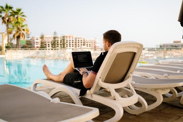 """W kontekście pracy zdalnej coraz częściej mówi się o """"workation"""". Termin ten stanowi połączeniem angielskich słów """"work"""" i """"vacation"""" (praca oraz urlop).    Przedstawiamy listę rajów dla pracowników zdalnych."""