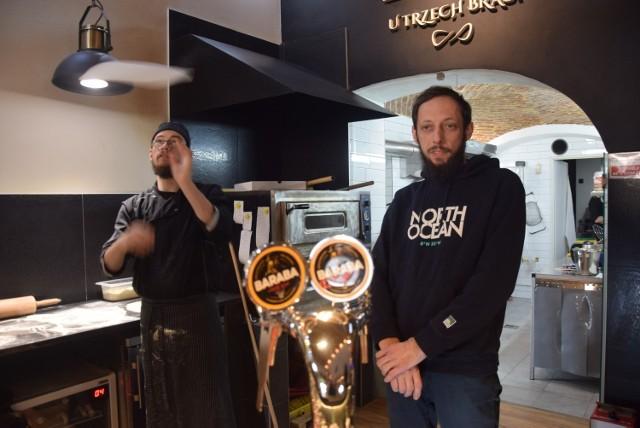 Tomasz Kwiek (z prawej) z restauracji U Trzech Braci w Cieszynie.