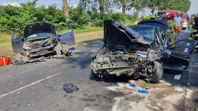 Do groźnego wypadku doszło w niedzielę, 11 lipca, na drodze krajowej nr 24 między Przytoczną a skrzyżowaniem Goraj – Lubikowo.   Ok. godz. 15 zderzyły się czołowo Volvo oraz Mitsubishi. - Poszkodowanych zostało siedem osób. Wszyscy zostali przewiezieni do szpitala — poinformowali strażacy z OSP Przytoczna.   Czytaj także: Korytarz życia na drodze. Jak go utworzyć? Wystarczy przestrzegać kilku zasad!  Wideo: Jak się zachować, kiedy jesteśmy świadkami wypadku?  źródło: Dzień Dobry TVN/x-news