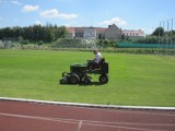 Wicedyrektor SCK również siada na kosiarkę, by zadbać o płytę boiska sztumskiego stadionu