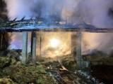 Szczurowa. Potężny pożar stodoły przy ul. Lwowskiej w Szczurowej, spłonęły maszyny, ciągnik i samochód [ZDJĘCIA]