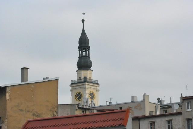 LESZNO. Wieże, wieżyczki i sygnaturki także tworzą krajobraz miasta. Czasem warto chodzić z głową podniesioną do góry
