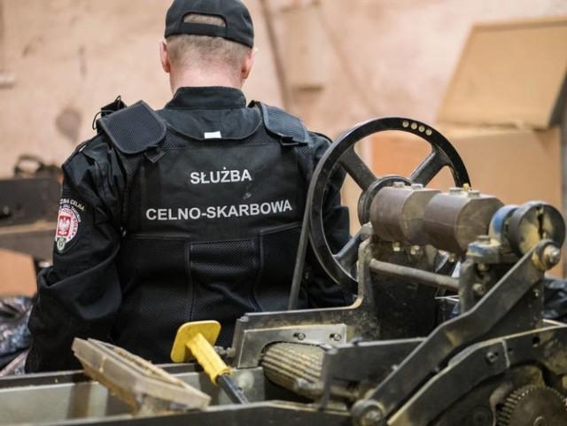 Służba w Służbie Celno-Skarbowej to zarówno praca biurowa jak i w terenie.