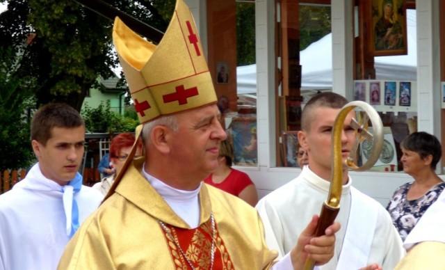 Biskup kielecki Jan Piotrowski gościł podczas pielgrzymki w buskiej parafii świętego Brata Alberta.