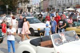 Mercedesy, mustangi, fiaty i... papamobile. Rajd pojazdów zabytkowych z legendami motoryzacji zajechał do centrum Kielc
