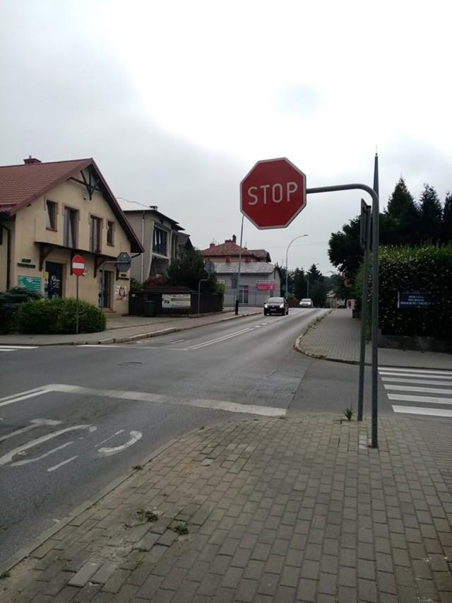 Na skrzyżowaniu ulic Chopina z Ujejskiego (na zdjęciu) i Chopina z Kraszewskiego doszło do wielu kolizji i wypadków. Kolejne wiszą w powietrzu.