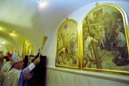 Jasnogórską Golgotę zawieszono w przybudówce kaplicy Matki Bożej. Obrazy poświęcił abp Józef Kowalczyk. ZDJĘCIE: JACENTY DĘDEK