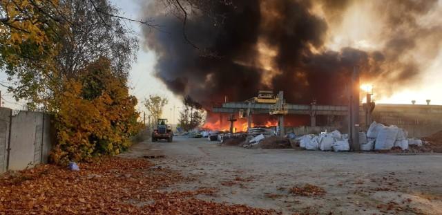Pożar w Bytomiu. Ogień wybuchł na terenie zakładu w Stroszku