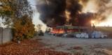 Pożar w Bytomiu. Pali się składowisko tekstyliów w Stroszku. Na miejscu 14 zastępów straży pożarnej [ZDJĘCIA]