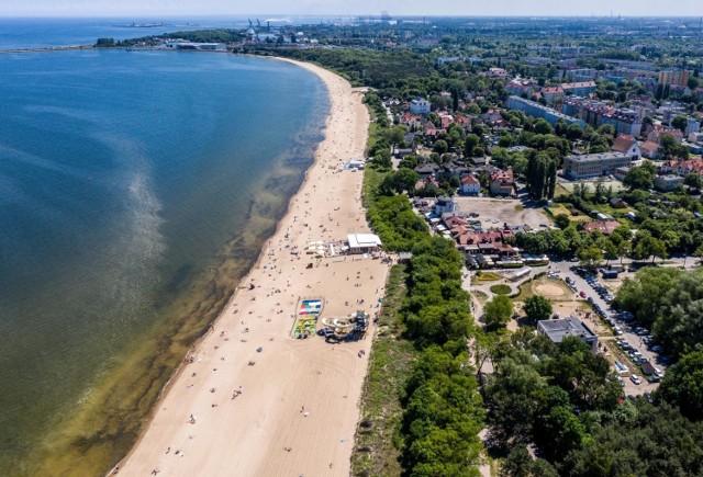 Słoneczna aura sprzyja wypoczywaniu na plaży. Lada dzień zaczną otwierać się miejskie kąpieliska, na plaży pojawiają się ratownicy. Pamiętajmy jednak o tym, że plaża to miejsce dla wszystkich i że musimy się na niej właściwie zachować. Nieprzestrzeganie pewnych zasad może grozić nawet mandatem. Sprawdźcie, czego kategorycznie nie można robić na plaży!   Szczegóły na kolejnych zdjęciach >>>>
