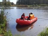 """Straż pożarna w Lublińcu ma nową łódź ratowniczą. To sprzęt dysponujący piętnastokonnym silnikiem zaburtowym marki """"Mercury"""" ZDJĘCIA"""