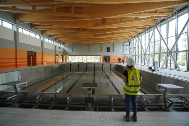 Do tej pory na poznańskich Ratajach brakowało pływalni z prawdziwego zdarzenia. To się jednak zmieni od września, kiedy to zostanie otwarta pływalnia na os. Piastowskim. Trwają już ostatnie prace.  W środku będzie zarówno basen sportowy, jak i rekreacyjny.  Kolejne zdjęcie --->