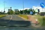 """Bydgoszcz. Dziecko wyjeżdża pod auto. Kobieta do kierowcy: """"Podejdź, jak masz problem"""" [wideo]"""
