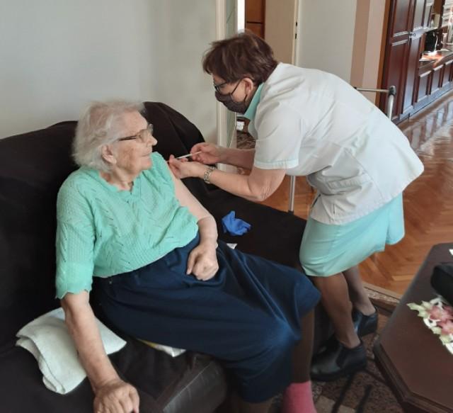 100-letnia pani Anna Popiołek z Godowa zaszczepiła się na Covid-19
