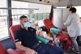 Pruszcz Gdański. Policjanci oddają krew dla swojego kolegi po wypadku. Krwiobus stanął przed komisariatem  ZDJĘCIA