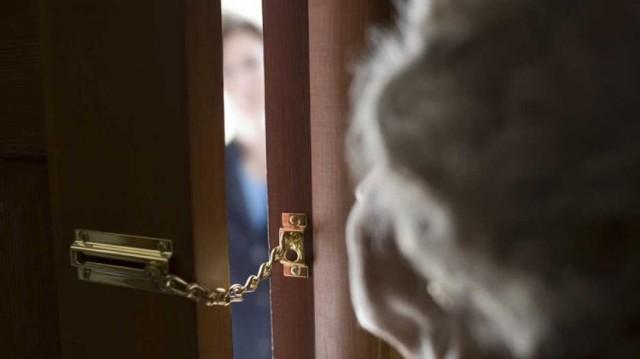 Seniorzy najczęściej padają ofiarami oszustów, którzy wykorzystują ich ufność.