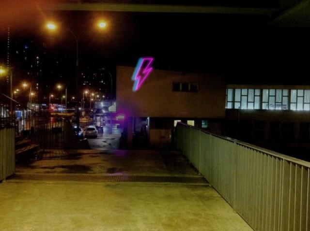 autor projektu neonu dla Davida Bowiego: Valery Virag