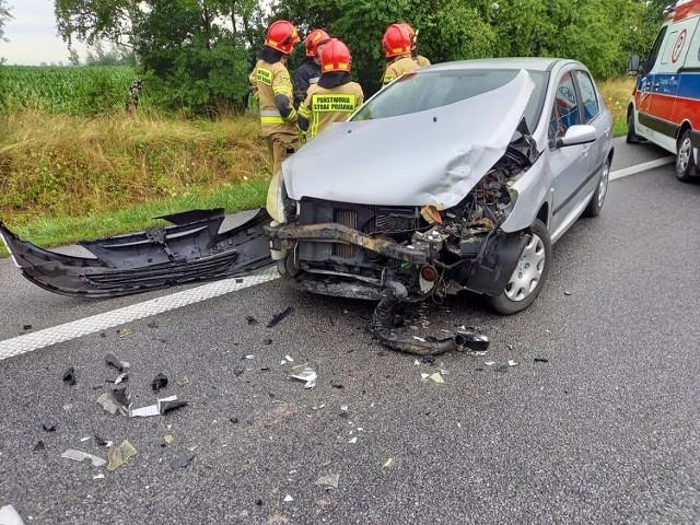 Na DK 10 w okolicach Żuchowa doszło do zderzenia samochodu osobowego z koparko-ładowarką.