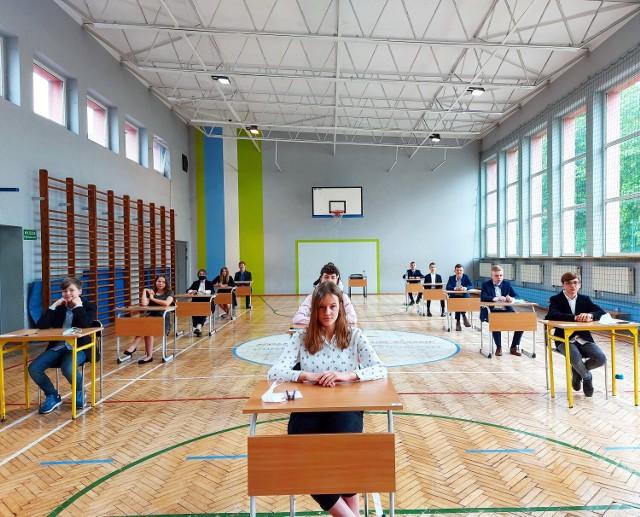 Dziś klasy ósme Szkół Podstawowych w całej Polsce przystąpiły do egzaminu z języka polskiego. Sprawdzian składał się z 19. zadań i trwał 120 minut. Przeczytaj, jakie są pierwsze wrażenia uczniów po egzaminie!