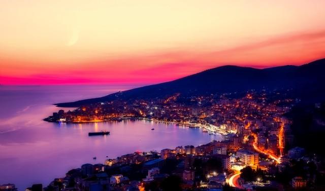 Najpopularniejszym kierunkiem wakacyjnym Polaków w 2018 roku była Grecja. Polacy od lat podróżują tam bardzo chętnie. Co czwarta rezerwacja (26%) dokonana za pośrednictwem portalu Wakacje.pl była wycieczką do Grecji.  Najpopularniejsze są wyspy - Zakynthos, Korfu, Kreta, Rodos i Kos. Grecja zdaniem ekspertów przyciąga przyjaznym klimatem, krótkim czasem podróży oraz temperaturami, które nawet w szczytowym letnim okresie nie są zbyt uporczywe.   Grecja w zestawieniu portalu Wakacje.pl była także najpopularniejszym kierunkiem w 2017 roku. Prognozy dla tego kierunku na najbliższe dwanaście miesięcy także przewidują bardzo dużą liczbę rezerwacji.