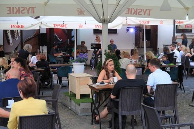 Wieczór z jedzeniem i muzyką na żywo na Placu Wolności w Koninie