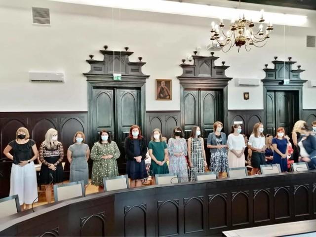 Podczas uroczystego spotkania w Urzędzie Miasta Mysłowice nauczyciele składali ślubowania i otrzymywali akty nadania stopnia awansu.   Zobacz kolejne zdjęcia. Przesuń zdjęcia w prawo - wciśnij strzałkę lub przycisk NASTĘPNE