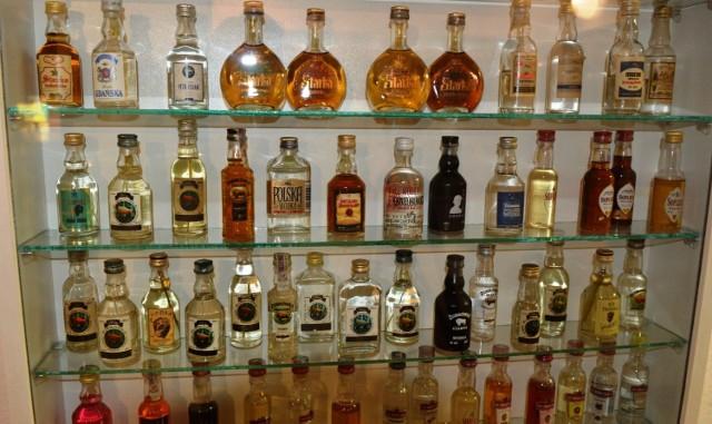 """Wstęp na wystawę """"Miniaturowe butelki alkoholi polskich..."""" w Muzeum Ziemi Lubuskiej - tylko dla osób pełnoletnich."""