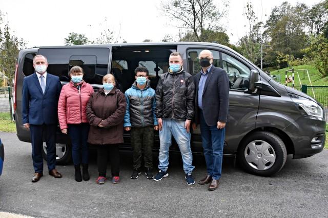 Warsztaty Terapii Zajęciowej w Bielance dostały dzisiaj samochód przystosowany do przewozu osób niepełnosprawnych