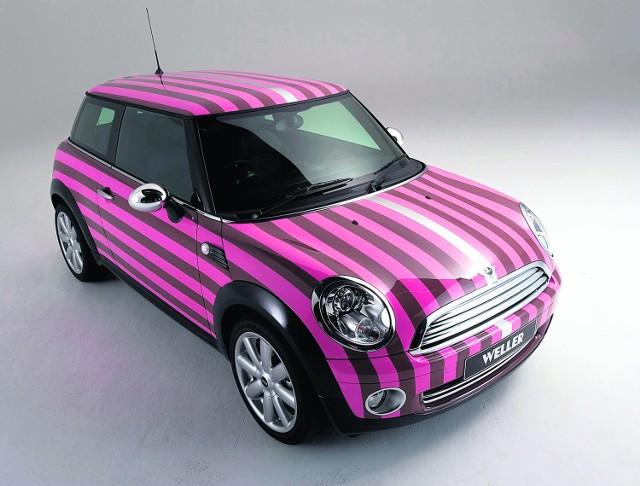 Piękne, modne i bezpieczne auta dla kobiet  MINI Cooper. 10 lat od rynkowego debiutu jego nadwozie wciąż pozostaje trendy. Pomieści nie tylko damską torebkę, lecz w razie potrzeby również kilku znajomych.  Czytaj koniecznie:  Kierowco &#8211