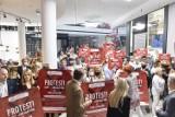 """Protest pracowników handlu i usług. Zamknięto sklepy w Galerii Północnej. """"Symboliczny sposób zwrócenia uwagi na problem"""""""